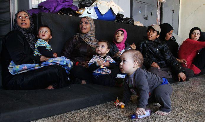 Een uit Yarmouk gevluchte familie verblijft in een voormalige school in Damascus.
