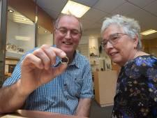 Hans vindt na 38 jaar zijn trouwring terug in eigen tuin: 'Hij gaat er nooit meer af'