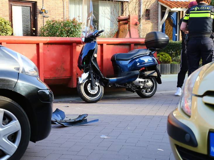 Vrouw botst met scooter op auto in Oss