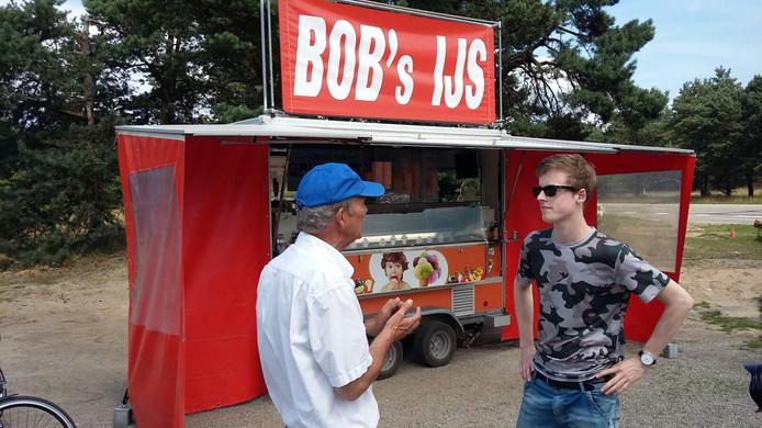 Sander Houweling (18) discussieert met ijscoman Bob over de prijs van het ijs