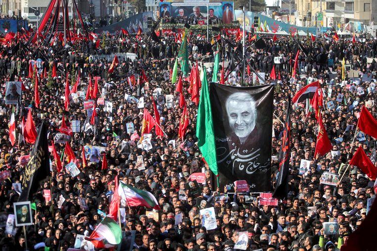 De begrafenis van Soleimani trokt grote belangstelling in zijn geboortestad Kerman.  Beeld AP