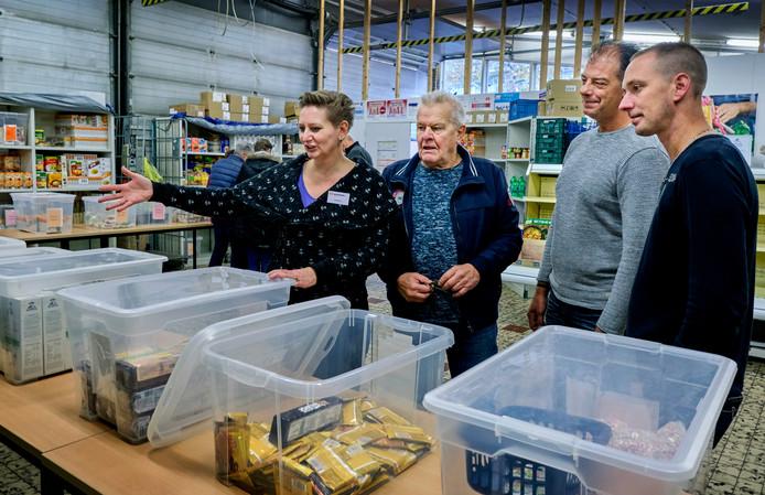 Carmen Valk, voorzitter van de Alblasserdamse Voedselbank, geeft bezoekers tijdens de open dag uitleg over hoet het werkt als je hier langskomt.