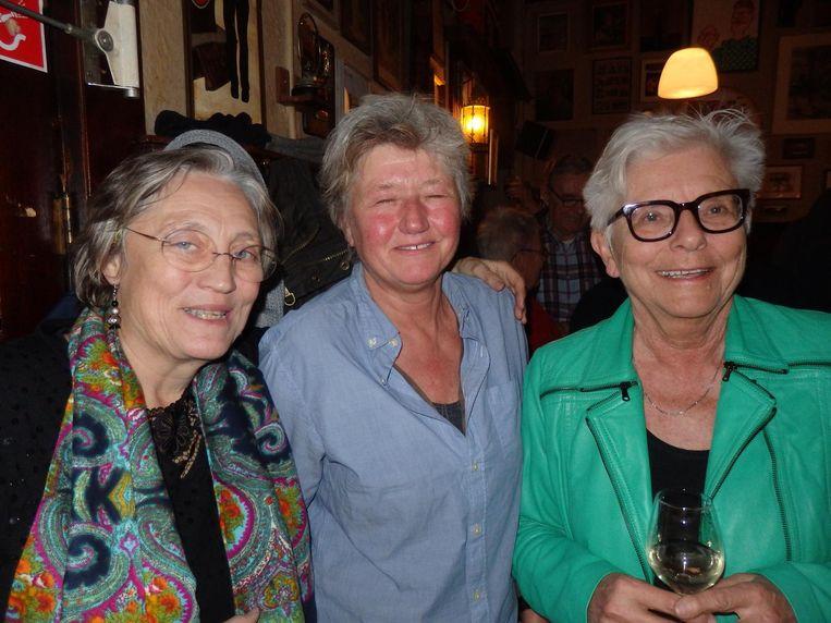 Van links naar rechts: stadsdorpers Jacqueline Rietbergen, Anuschka Goekoop en Mara Reijntjes - alle drie maandelijks te vinden bij de borrel. Beeld Schuim
