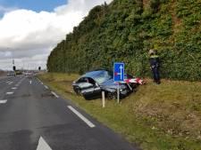 Automobilist ramt verkeersbord in Hooglanderveen
