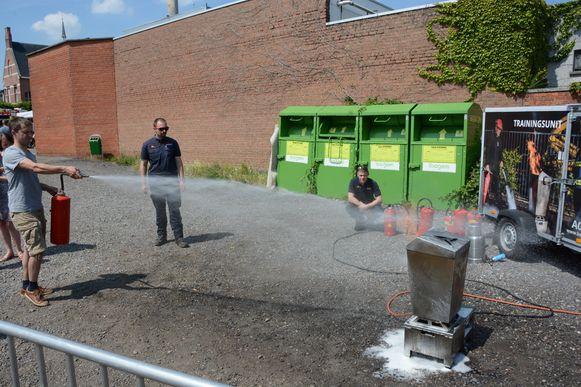 Bezoekers mochten eens een brandblusapparaat uittesten op een brandende vuilnisbak.
