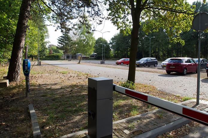 De parkeerplaats blijft grotendeels leeg
