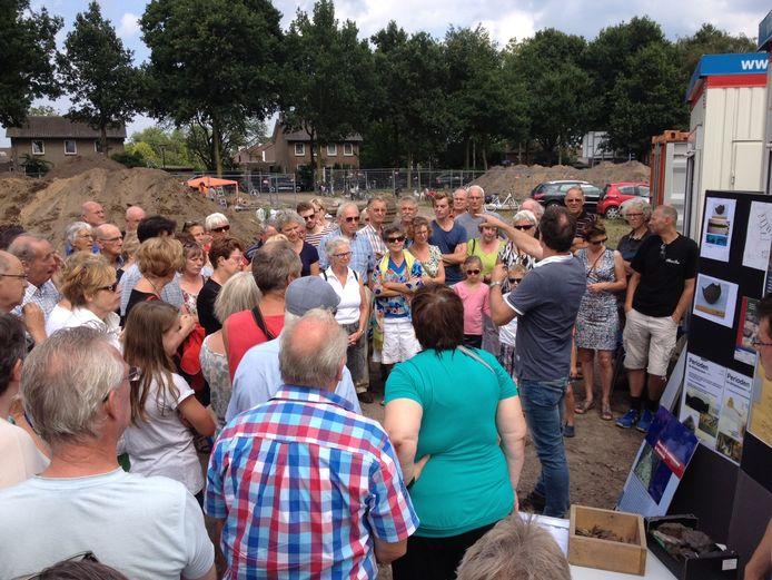 Een grote groep mensen luistert naar Fokko Kortlang