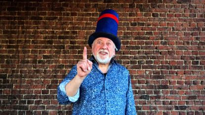 VIDEO - Denderhoutem zingt opnieuw uit solidariteit met werkenden tijdens coronacrisis, Urbanus steunt initiatief