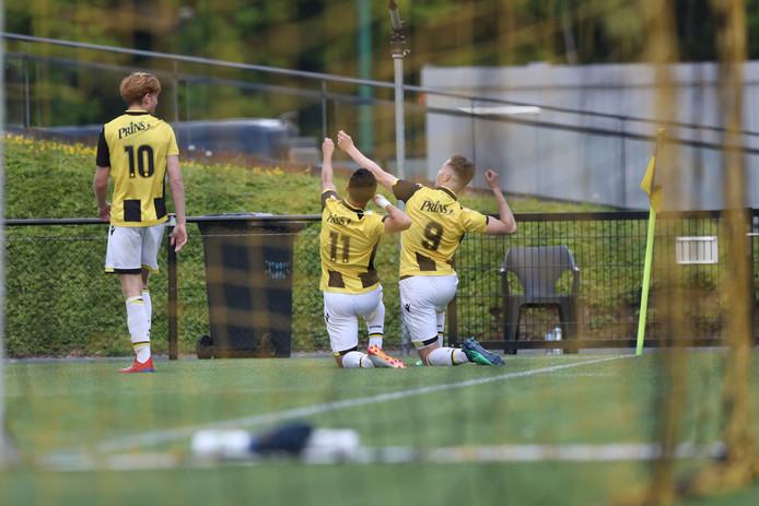 Thomas Beekman kijkt toe hoe Hicham Acheffay en Lars ten Teije de goal van de laatste vieren:  door met pijl en boog op het publiek te schieten
