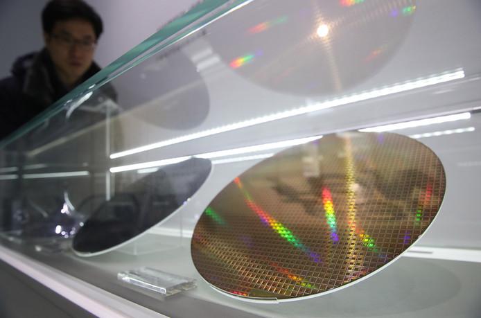 Een silicium schijf waarop chips gemaakt worden, getoond op een beurs.
