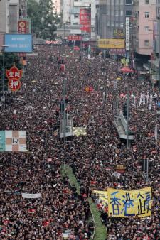 La représentante de Hong Kong tente de calmer la population en colère