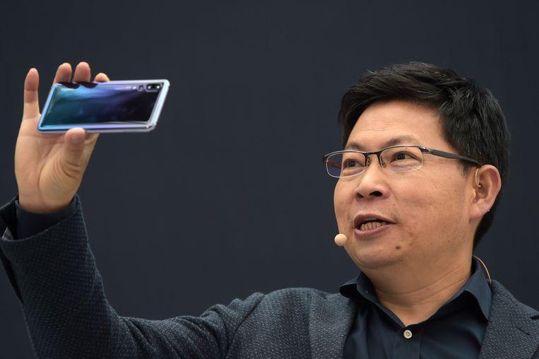 Huawei-ceo Richard Yu demonstreert de P20 in Parijs.