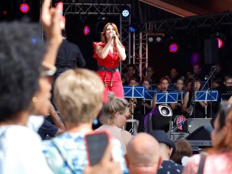 Hopen op vrijwilligers terwijl Belle zingt op Vestingdagen Hulst