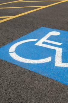 Il se gare sur un emplacement pour handicapés et se fait tirer dessus