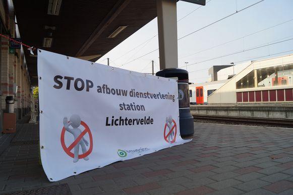 Beweging.net voerde op 4 juni actie aan het station van Lichtervelde