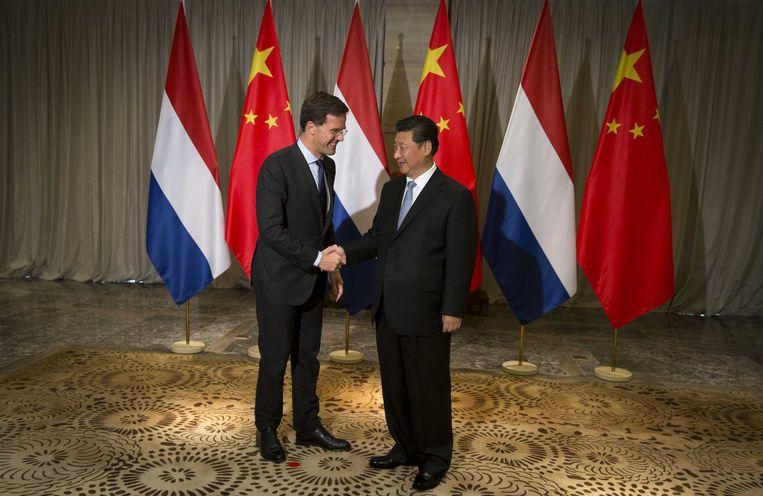 Premier Rutte schudt de hand van president Xi Jingping tijdens zijn bezoek aan China. Beeld anp