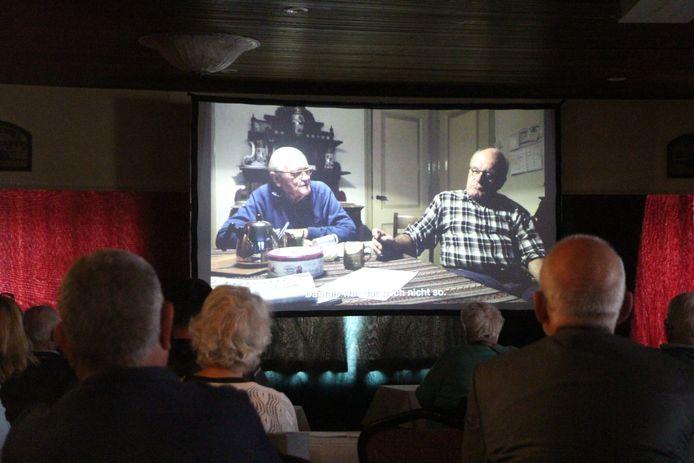 Keukentafelgesprek over herinneringen aan de Tweede Wereldoorlog met Jan (l) en Ab Lensink in Haarlo, bij de vertoning van 'Grensherinneringen'.