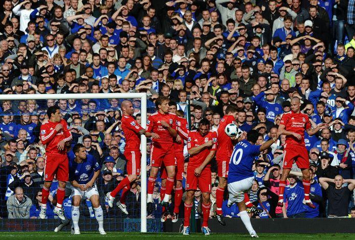 Mikel Arteta neemt een vrije trap tegen Liverpool op 17 oktober 2010.