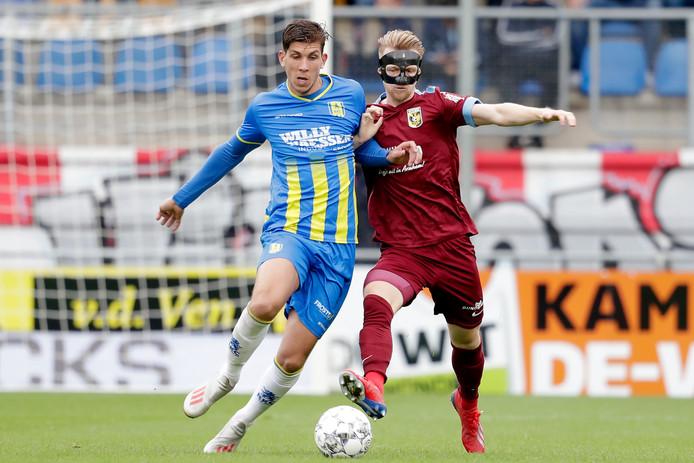 Stijn Spierings (RKC Waalwijk, links) in duel met Max Clark