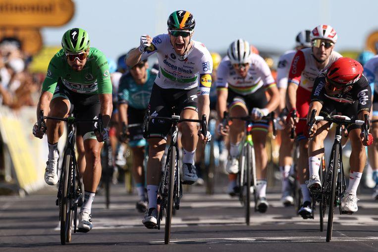 Bennett pakte de groene trui af van Sagan, die derde werd.  Beeld AFP