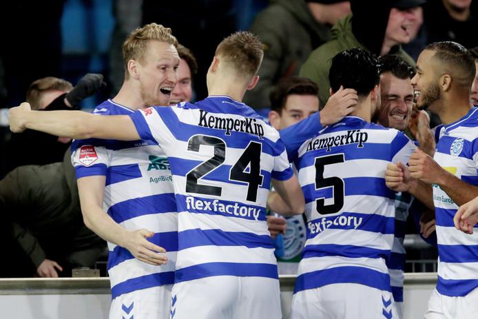 De Graafschap-verdediger Roland Baas (24) vliegt doelpuntenmaker Stef Nijland in de armen.