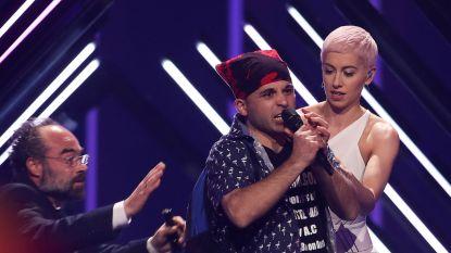Britse inzending SuRie houdt blauwe plekken over aan verstoord optreden op Songfestival
