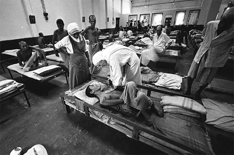 Moeder Terese verzorgde de stervenden in haar ziekenhuis in Calcutta.