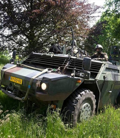 Militairen oefenen met pantserwagens in regio
