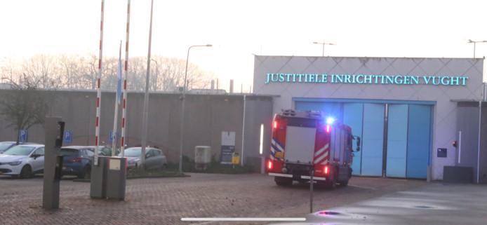 Politie, ambulance en drie brandweerwagens zijn met zwaailichten en sirenes naar de PI Vught.