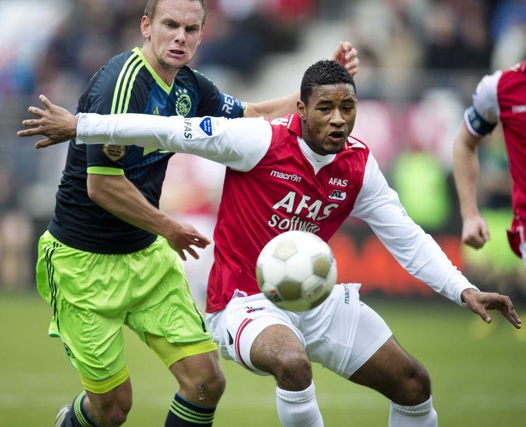 Ajax-speler Siem de Jong (l) in duel met Giliano Wijnaldum van AZ. Beeld ANP