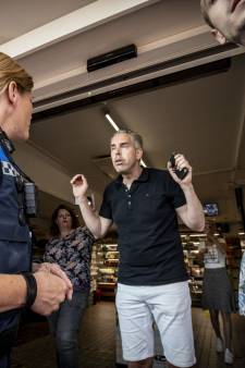 Politie rondom 'gesloten' Twentse super na opening afhaalpunt