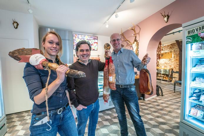 In tijden dat we minder vlees moeten eten, opent een nieuwe vleeszaak in Zwolle. Met vlees van jagers Lisa Koers en Emile Richter, en van biologisch boer Jeroen Neimeijer (rechts)