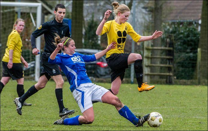 Archiefbeeld: Lieke Tacken ontwijkt in het shirt van SSS'18 de tackle van Jonne Vermeulen van Teisterbanders.