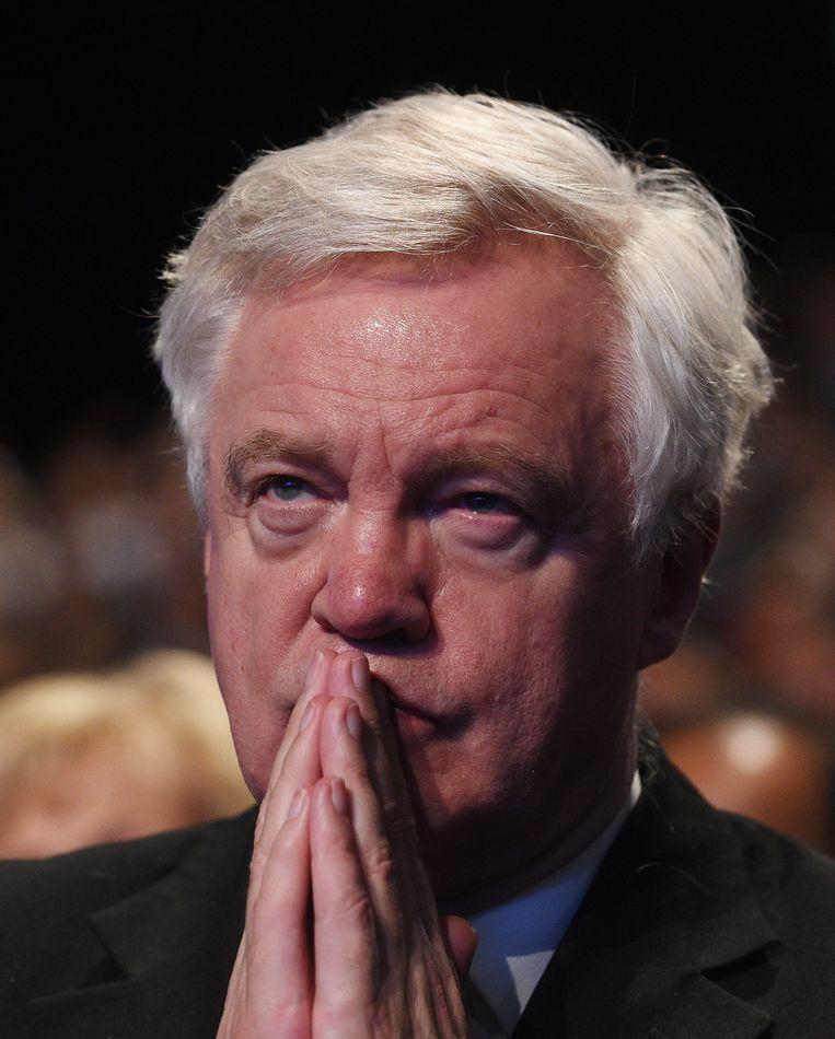 Het gezicht van 'brexitminister' David Davis tijdens de rampspeech van May.