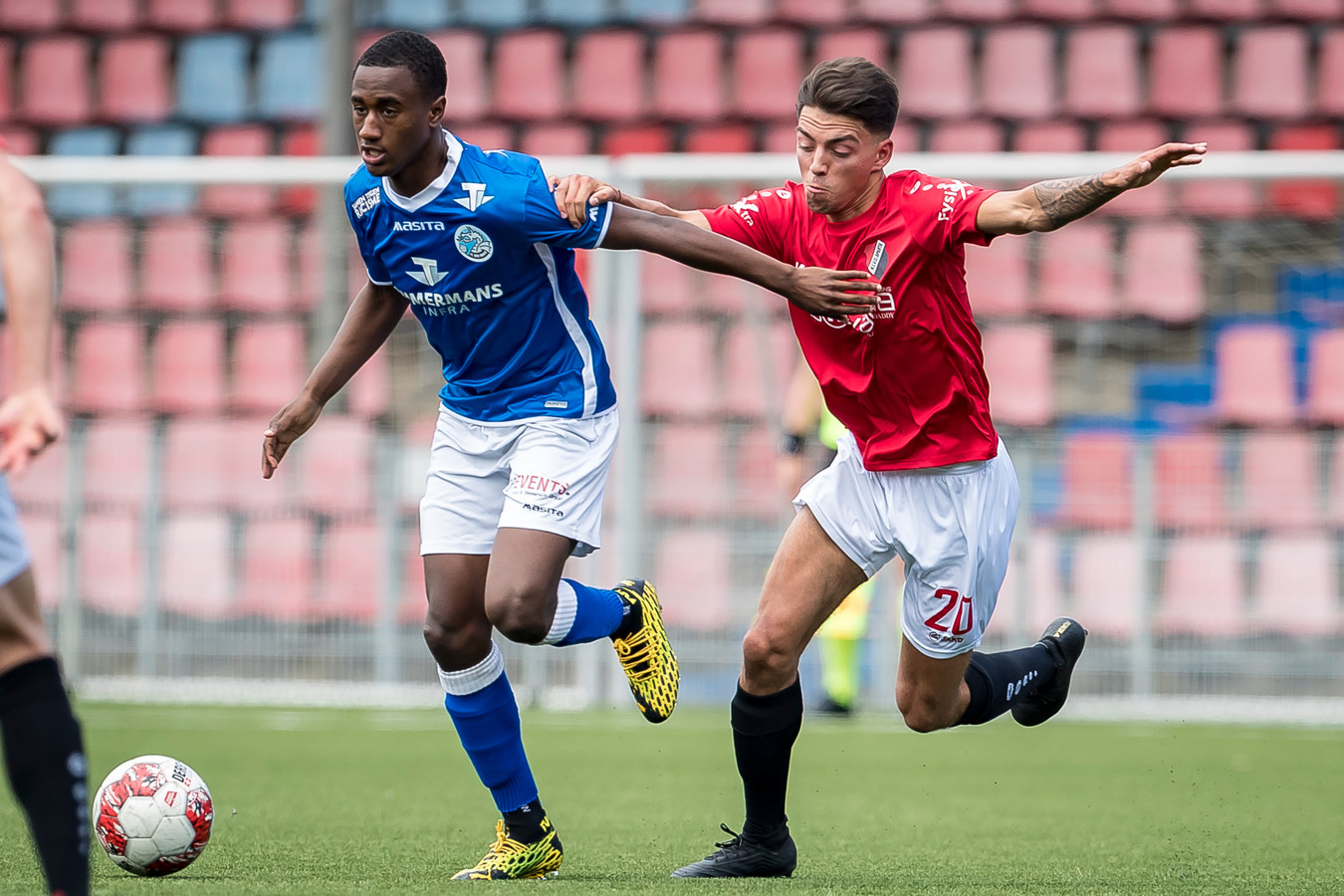 Kevin Felida (links) duelleert namens FC Den Bosch met  Djohan Leemans van Nivo Sparta.