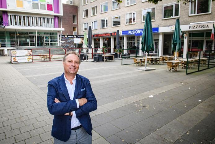 Makelaar Albert Post op het pleintje aan de Boulevard waarvoor hij een nieuw plan heeft gemaakt.