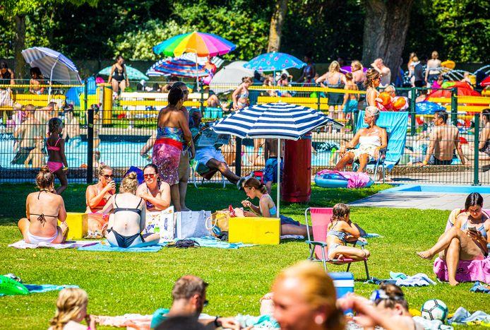 Drukte in zwembad bij Recreatieoord Binnenmaas tijdens deze tropische dag met hoge temperaturen gemeten. Mensen zoeken massaal verkoeling in buiten zwembaden.