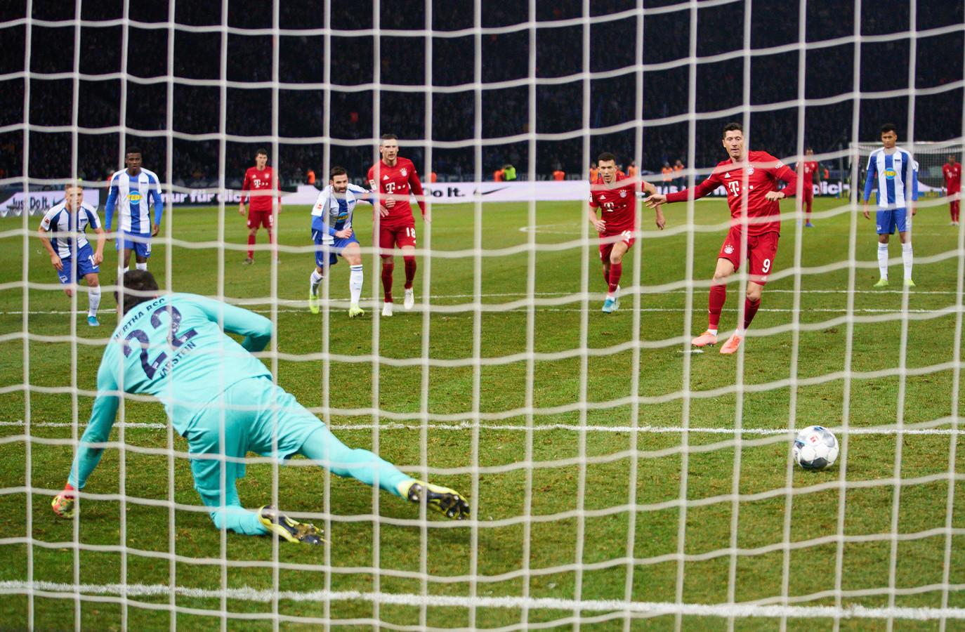 Vanaf elf meter maakt Robert Lewandowski zijn 20ste goal van het seizoen.
