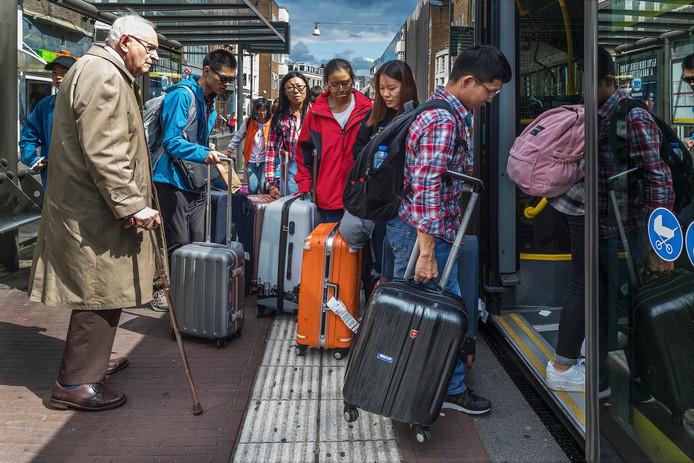 Aziatische toeristen pakken op de Potterstraat de bus naar het station. Een Utrechter kijkt verwonderd toe. Als ze allemaal zijn ingestapt, zegt hij: ,,Is dit de bus naar Tokyo?''