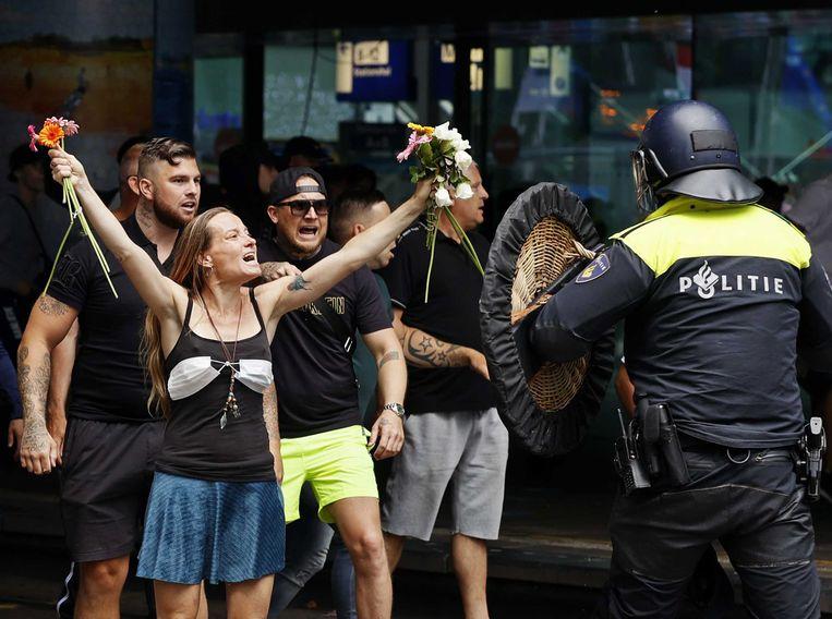 Wendy Kroeze tegenover de ME, tijdens de demonstratie zondag op het Malieveld.  Beeld EPA