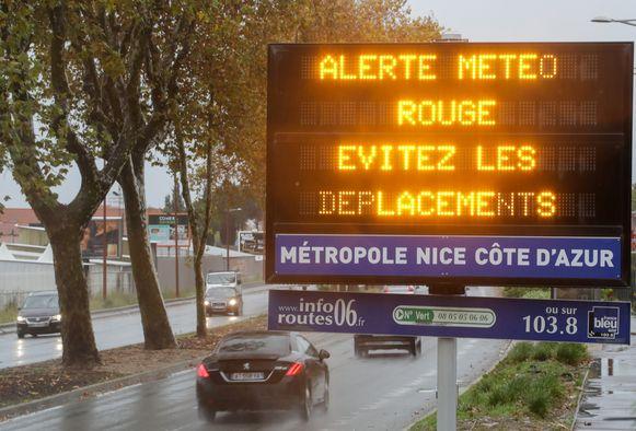 Een waarschuwingsbord naar aanleiding van het stormweer in Nice vandaag.