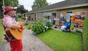 Anke van der Linden (72) geniet voor haar feestelijk versierde huis van de verrassing van de Stichting Vier het Leven.