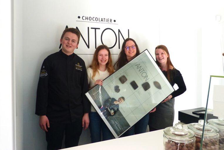 Chocolatier Anton met de studentes die hem zullen vertegenwoordigen op handelsmissie.