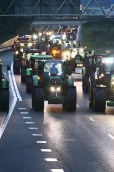 Tielenaar (33) opgepakt voor rijden met zijn tractor over A15: 'Levensgevaarlijk'
