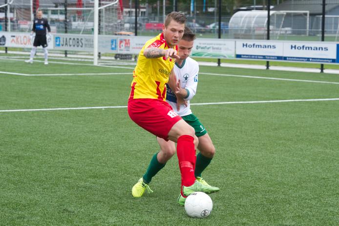 Stefan de Jong schermt de bal af, eerder dit seizoen tegen Groene Ster. De spits van Juliana'31 maakte als invaller de 0-2 tegen Jong FC Den Bosch.