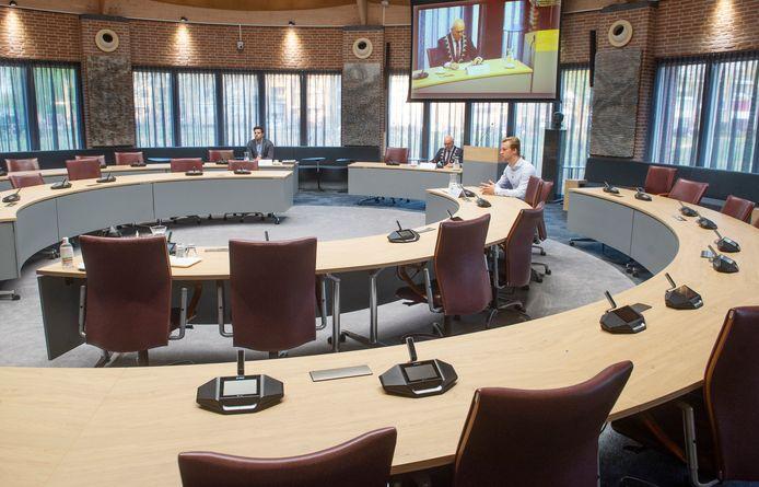 Een vrijwel lege raadzaal in Meierijstad met alleen griffier Etienne Franken, burgemeester Kees van Rooij en het enige aanwezige raadslid Thijs van Zutphen (vlnr).