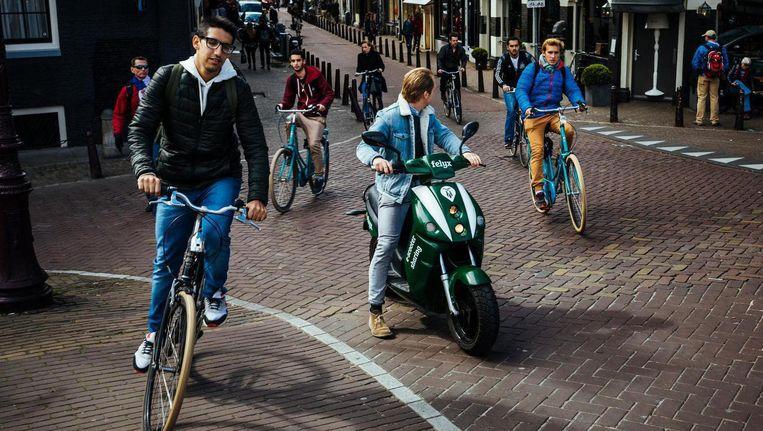 De donkergroene deelscooters van Felyx moeten van de gemeente van de straat. Beeld Marc Driessen