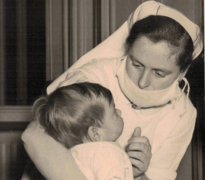 José van Tiggelen verzorgt een kind in de pokkenbarak.