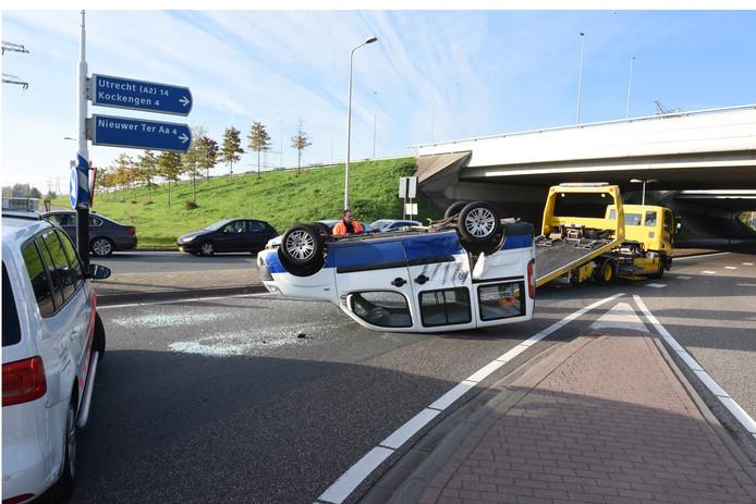 Het busje dat op de kop belandde na botsing in Breukelen.