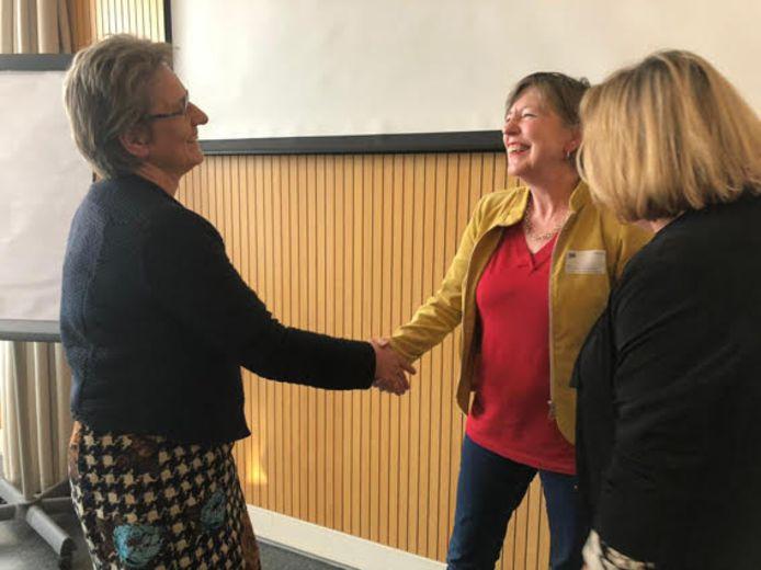 Charlotte Vonk en Anja Kielenstijn ontvangen de prijs